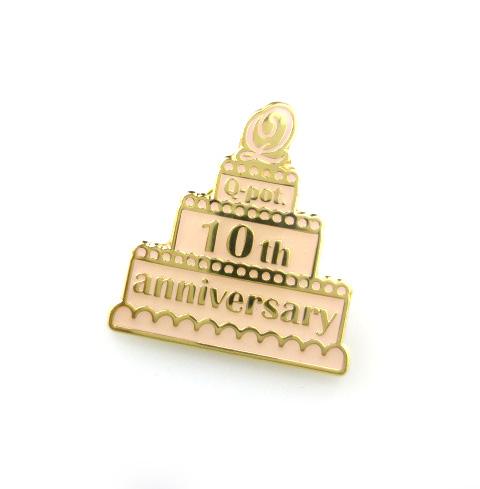 Q-pot. 10周年記念 ケーキ ピンバッジ