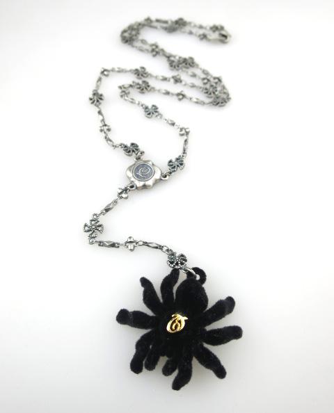 Q-pot. 毒蜘蛛ネックレス
