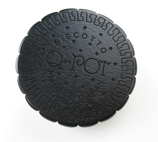 Q-pot. ラウンドブラックセサミビスケットコードリール