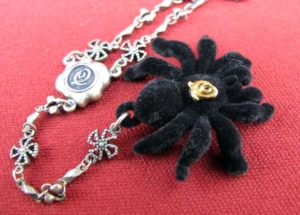 Q-pot 毒蜘蛛ネックレス